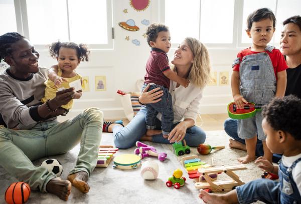 Dentro De La Familia Se Dan Las Primeras Interacciones, Se Establecen Los Primeros Vínculos Emocionales Y Vivencias Con Las Personas Cercanas
